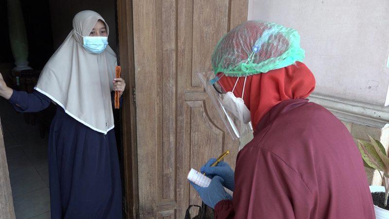 Bidan Sri Susilowati sedang memeriksa dan memberikan bantuan terhadap pasien Covid-19 tanpa gejala yang lakukan isoman di Dukuh Jlegong, Desa Banyuurip, Kecamatan Klego. (Foto:nyatanya.com/Diskominfo Boyolali)