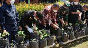 Mentan Syahrul Yasin Limpo kedua dari kiri dan Wabup Boyolali Wahyu Irawan batik merah menanam pohon Stroberi disela-sela kunjungan kerja di Desa Giriroto Kecamatan Ngemplak. (Foto: Diskominfo Boyolali)
