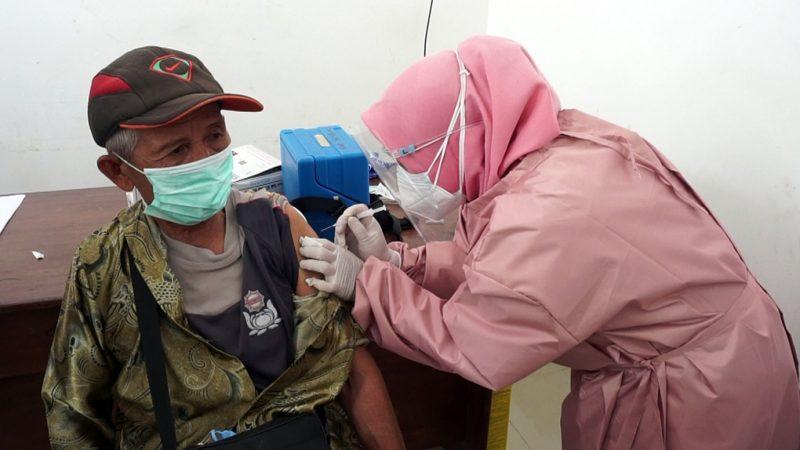 Petugas kesehatan menyuntikkan vaksin COVID-19 Sinovac kepada pedagang di Pasar Tradisional Sunggingan, Boyolal, Kamis (22/7/2021). (Foto:nyatanya.com/Diskominfo Boyolali)