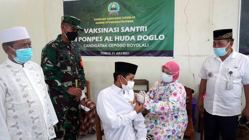 Dandim 0724/Boyolali Letkol Arm Ronald Febriano Siwabessy melihat langsung pelaksanaan vaksinasi di Ponpes Al Huda. (Foto:nyatanya.com/Diskominfo Boyolali)