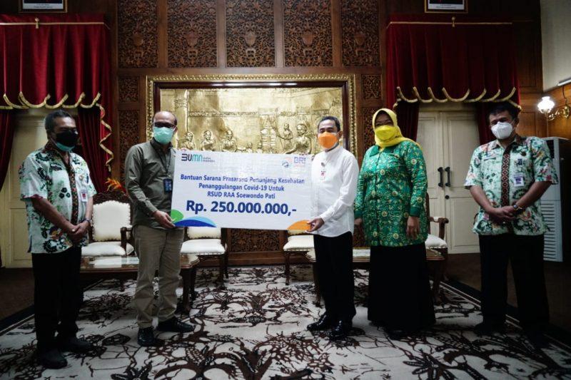 Bupati Haryanto secara simbolis menerima bantuan dari Bank BRI Cabang Pati. (Foto:nyatanya.com/Diskominfo Pati)
