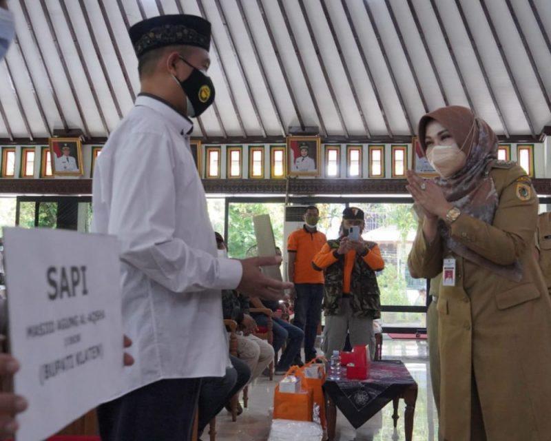 Bupati Klaten Sri Mulyani menyerahkan bantuan kepada PKL Alun-alun Klaten. (Foto:nyatanya.com/Diskominfo Klaten)