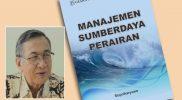Prof. Ir. Supriharyono. M.S., PhD. dan buku Manajemen Sumberdaya Perairan. (Foto:nyatanya.com/istimewa)