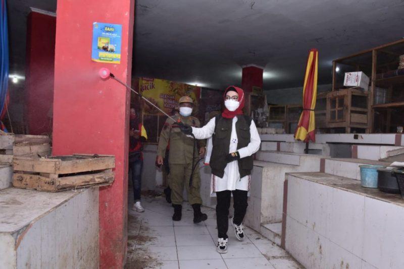 Bupati Sukoharjo, Hj Etik Suryani ikut melakukan penyemprotan disinfektan di pasar tradisional. (Foto:nyatanya.com/Humas Pemkab Sukoharjo)