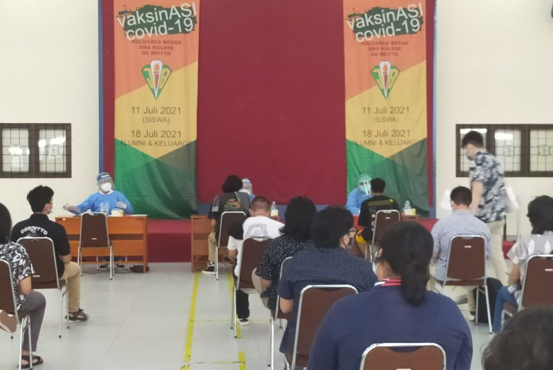 Kegiatan vaksinasi di SMA Kolese De Britto. (Foto:nyatanya.com/istimewa)
