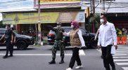 Bupati Sukoharjo memantau ke sejumlah tempat di hari pertama PPKM Darurat. (Foto:nyatanya.com/Diskominfo Jateng)