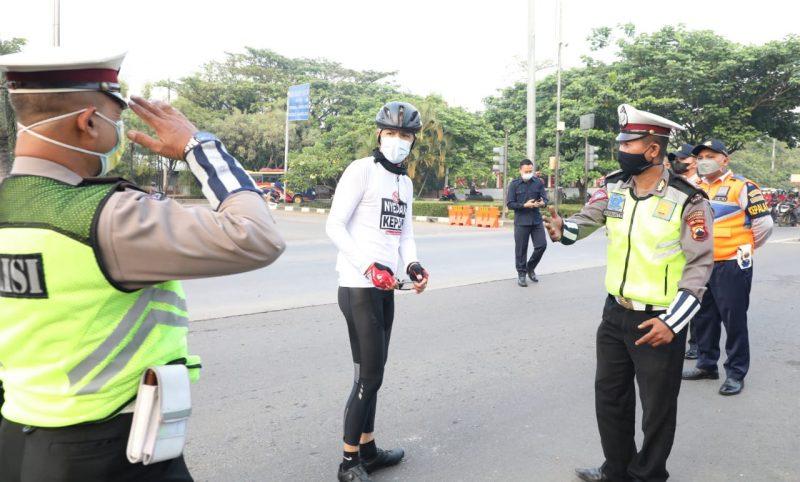 Ganjar Pranowo berdialog petugas polisi saat bersepeda memantau mobilitas warganya. (Foto:nyatanya.com/Humas Jateng)