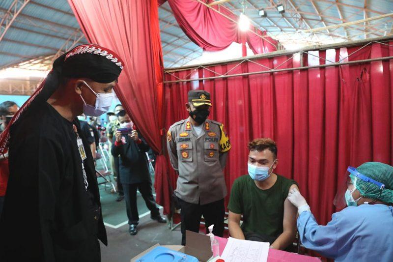 Ganjar Pranowo melihat pelaksanaan vaksinasi massal di GOR Tenis Indor dr Soetomo Cilacap. (Foto:nyatanya.com/Humas Jateng)