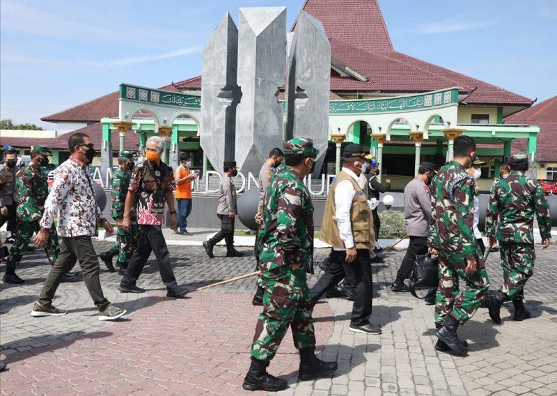 Ganjar Pranowo mendampingi kunjungan kerja Menteri Kesehatan RI, Panglima TNI, dan Kapolri, di Asrama Haji Donohudan, Sabtu (17/7/2021). (Foto:nyatanya.com/Humas Jateng)