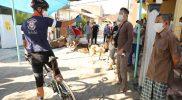 Ganjar Pranowo bersepeda keliling kampung di Semarang, ingatkan panitia kurban taat prokes. (Foto:nyatanya.com/Humas Jateng)