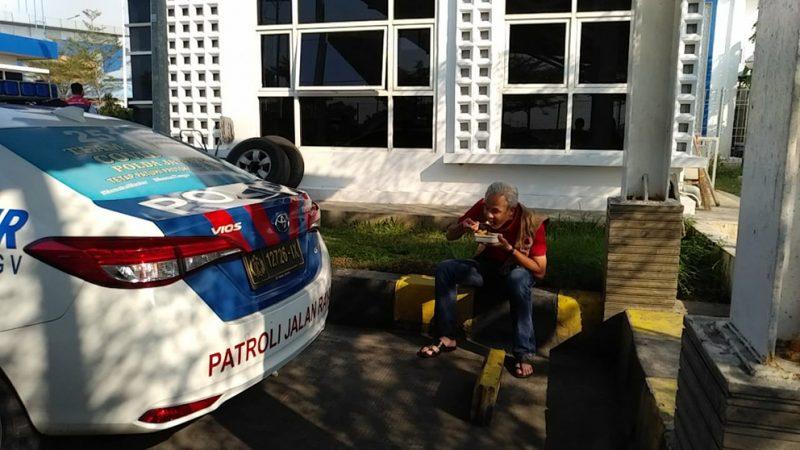 Ganjar Pranowo nampak santai menikmati bekal makan siang yang sudah disiapkan istrinya dari rumah. (Foto:nyatanya.com/Humas Jateng)