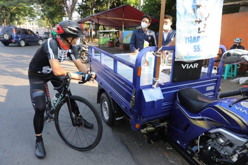 Ganjar Pranowo ngobrol dengan mahasiswa yang borong dagangan PKL di Tembalang. (Foto: Humas Jateng)
