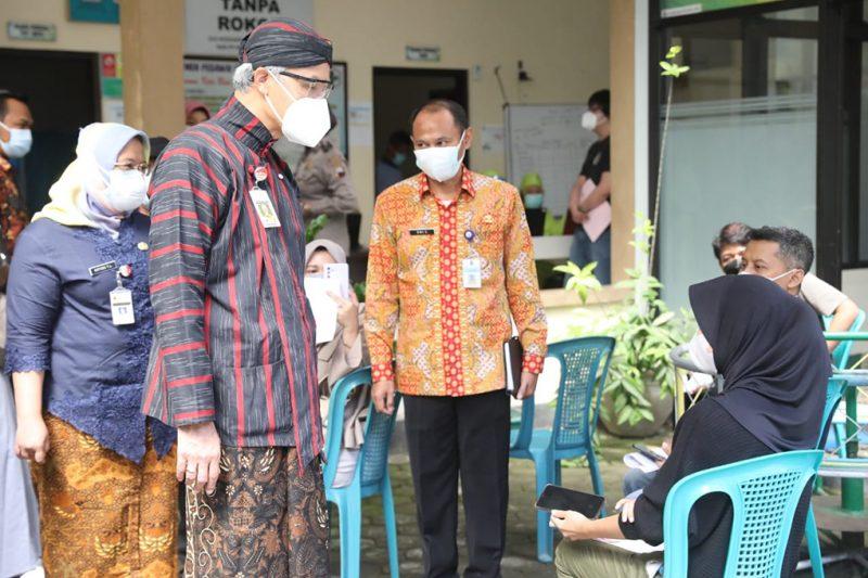Gubernur Jateng Ganjar Pranowo melihat langsung pelaksanaan vaksinasi bagi petani tembakau di Temanggung. (Foto:nyatanya.com/Diskominfo Jateng)