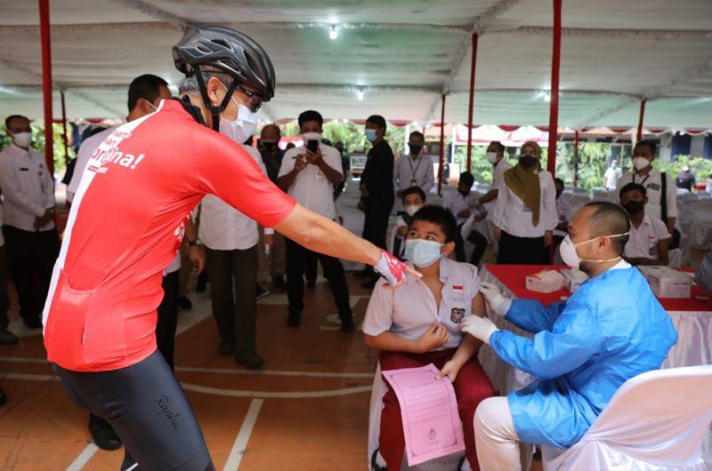 Ilustrasi Pemprov terus dorong siswa  di Jateng lakukan vaksin. Gubernur Ganjar Pranowo dalam sebuah kesempatan meninjau pelaksanaan vaksin untuk anak sekolah. (Foto: Humas Jateng)