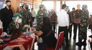 Ganjar Pranowo meninjau pelaksanaan vaksinasi di Surakarta. (Foto:nyatanya.com/Humas Jateng)
