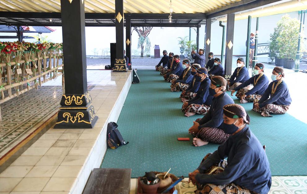 Prosesi arak-arakan Garebeg Syawal diganti dengan pembagian pareden gunungan yang berupa rengginang kepada Abdi Dalem Keraton Yogyakarta, Puro Pakualaman, dan Kepatihan.(Foto:nyatanya.com/kratonjogja.id)