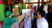 Walikota Surakarta Gibran Rakabuming melihat langsung pelaksanaan vaksinasi yang difasilitasi Halodoc dam Gojek. (Foto:nyatanya.com/Humas Pemkot Surakarta)