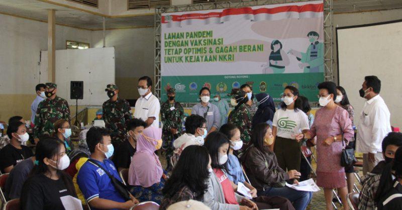 Pelaksanaan vaksinasi yang digelar Gerakan Kemanusiaan Republik Indonesia (GKR Indonesia) bersama Korem 072/Pamungkas. (Foto:nyatanya.com/Pendim 0734/yka)