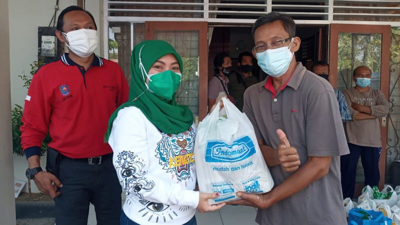 Manajemen Indomaret area Purwodadi memberikan bantuan paket sembako kepada PKL terdampak PPKM Level 4. (Foto:nyatanya.com/Diskominfo Grobogan)