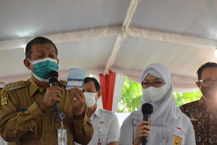 Walikota Yogyakarta Haryadi Suyuti saat meninjau pelaksanaan vaksinasi di SMAN 1 Yogyakarta. (Foto:nyatanya.com/Humas Pemkot Yogya)