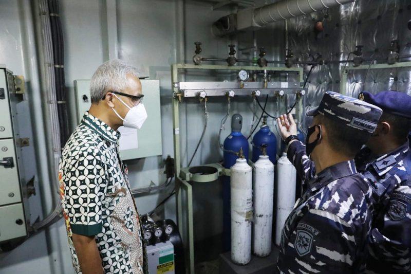 Ganjar Pranowo melihat langsung KRI dr Soeharso sandar di Semarang. (Foto:nyatanya.com/Humas Jateng)