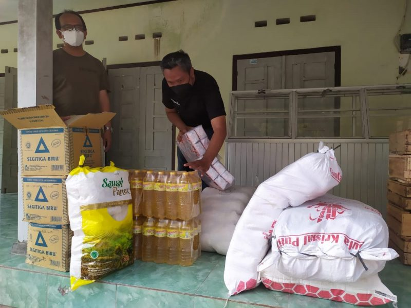Jejaring 'Isoman Iso' sedang menyiapkan logistik untuk disalurkan kepada warga yang sedang isoman. (Foto: Humas Magelang)