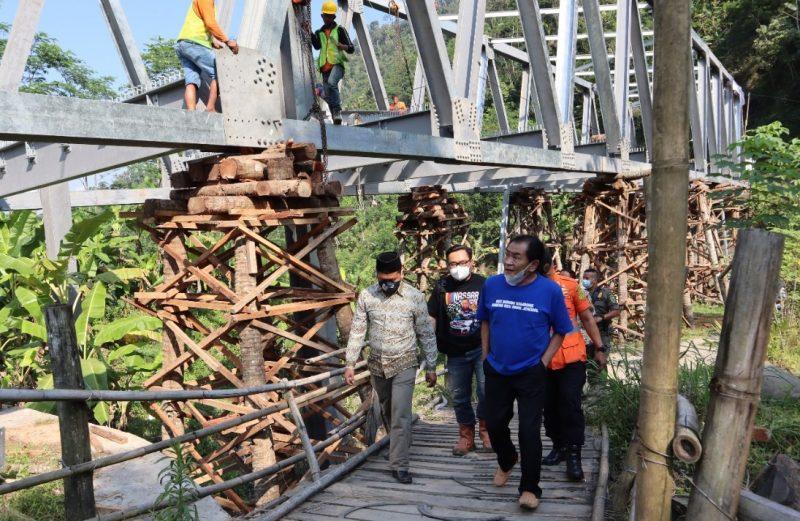 Bupati Banjarnegara, Budhi Sarwono meninjau pembangunan jembatan Plipiran. (Foto:nyatanya.com/Humas Banjarnegara)