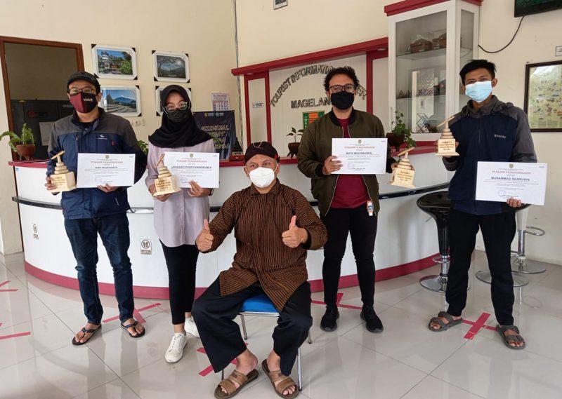 Penyerahan hadiah secara simbolis dari Kepala Bidang Pemasaran dan Kelembagaan Pariwisata, Gunawan Andi, di Tourist Information Centre (TIC), Kabupaten Magelang. (Foto:nyatanya.com/Humas Kab.Magelang)