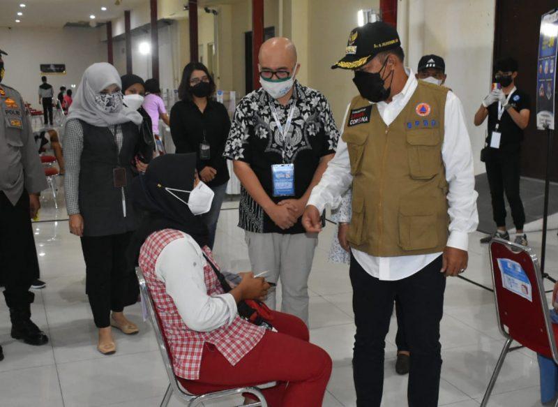 Bupati Karanganyar Juliyatmono meninjau langsung pelaksanaan vaksinasi massal di De Tjolomadoe. (Foto:nyatanya.com/Diskominfo Karanganyar)