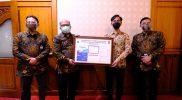 Walikota Surakarta Gibran Rakabuming secara simbolis menerima bantuan katu vaksin dari Sub BMPD Jateng-Solo. (Foto:nyatanya.com/Humas Pemkot Surakarta)