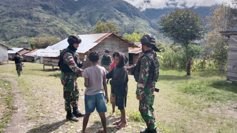 Satgas Pamtas Yonif 403/Wirasada Pratista sapa warga di Kampung Sopa, Distrik Kiwirok, Kabupaten Pegunungan Bintang, Papua. (Foto:nyatanya.com/Pen Satgas Yonif 403/WP)
