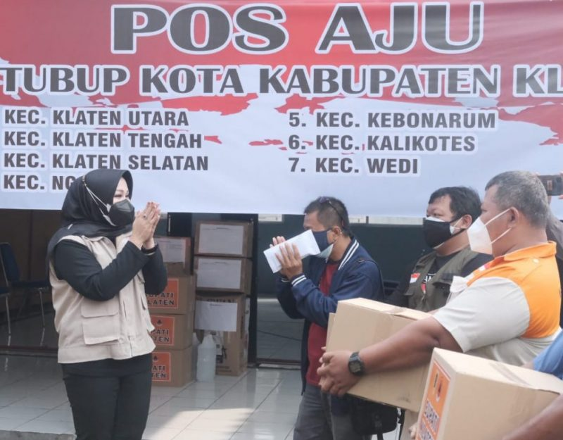 Bupati Klaten menyerahkan bantuan operasional Pos Aju. (Foto:nyatanya.com/Humas Klaten)