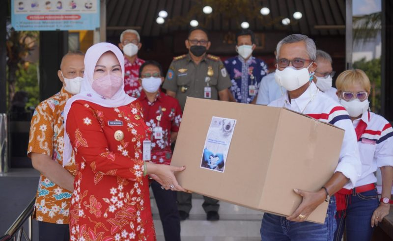 Bupati Klaten Sri Mulyani menerima bantuan APD dari PT Parna Raya dan Marianna Foundation. (Foto:nyatanya.com/Diskominfo Klaten)