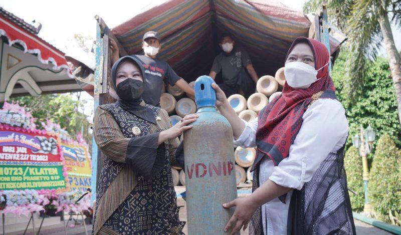 Bupati Klaten Sri Mulyani (kiri) menerima sumbangan tabung oksigen dari PWK. (Foto:nyatanya.com/Diskominfo Klaten)
