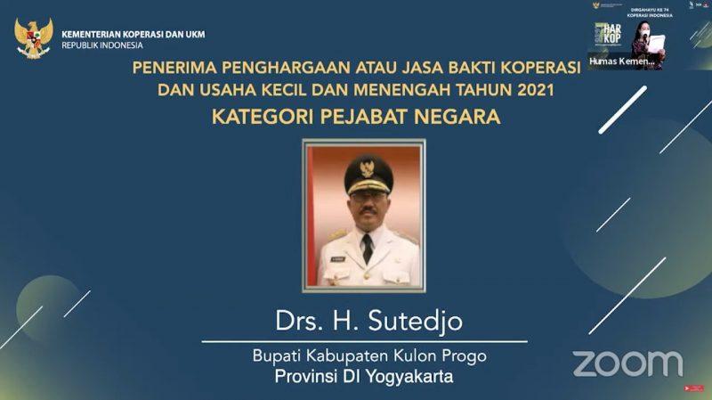 Penghargaan diberikan kepada Bupati Kulon Progo atas jasa dan darma bakti bupati yang telah memajukan, mengembangkan, dan melakukan pembinaan terhadap kegiatan koperasi dan UKM di Kabupaten Kulon Progo. (Foto:nyatanya.com/Humas Pemkab Kulonprogo)
