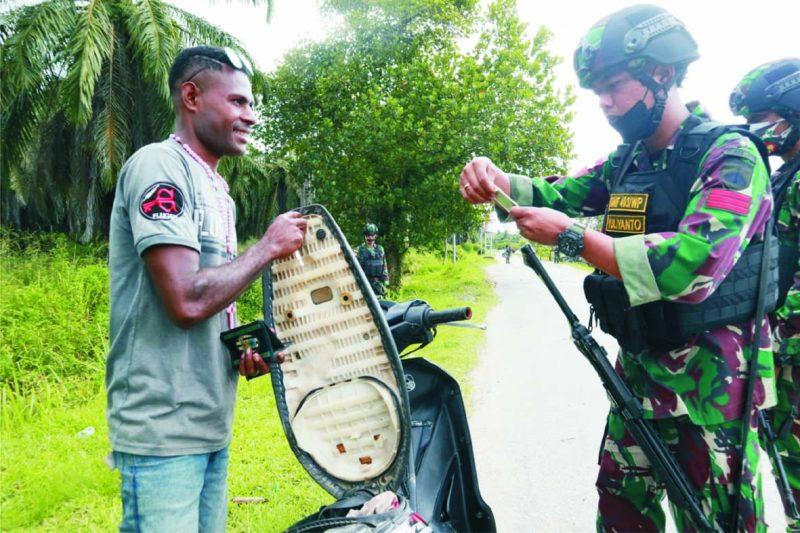 Prajurit Yonif 403/WP lakukan sweeping. (Foto: nyatanya.com/istimewa)
