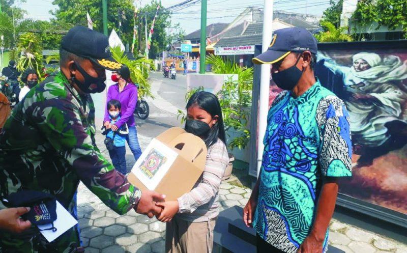 Mayor Arh Asil dari perwakilan Paguyuban ABILAPAN menyerahkan bantuan paket sembako kepada masyarakat di Tegalrejo, Yogya.  (Foto: nyatanya.com/ahmad zain