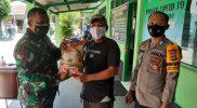 Mayor Arh Asil menyerahkan bantuan sembako. (Foto: dokumentasi Koramil Tegalrejo)