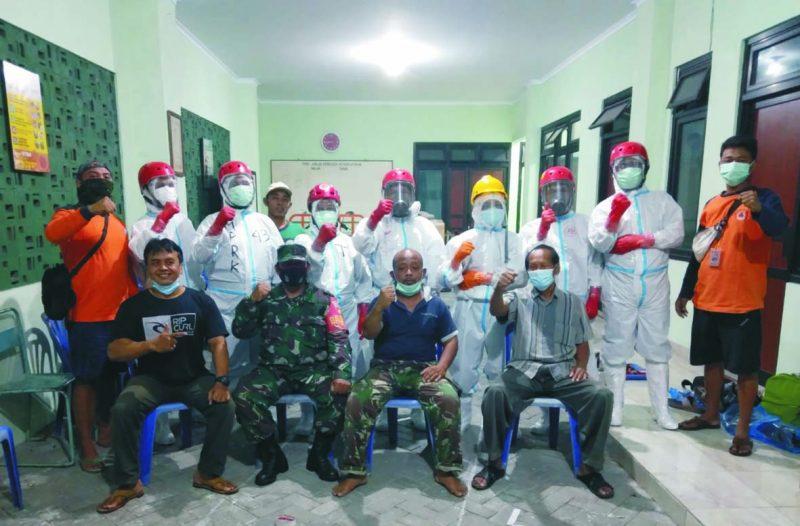 Para relawan yang tergabung dalam Team Kubur Cepat Kelurahan Kricak.  (Foto: nyatanya.com/istimewa)