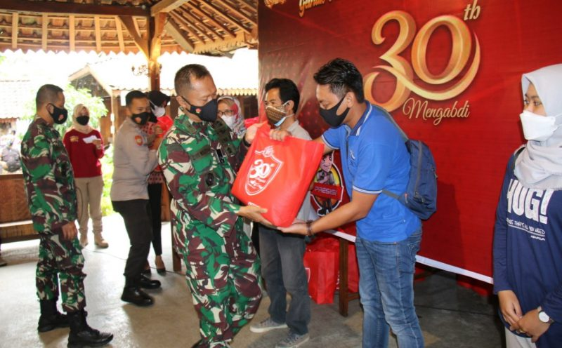 Alumni AKABRI Angkatan 1991 menggelar bakti sosial vaksinasi masal di Magelang. (Foto: Humas/beritamagelang)