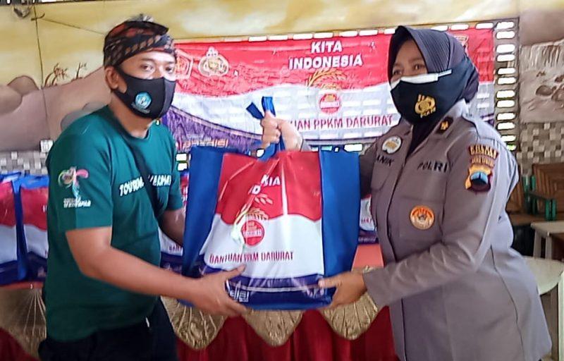 Bantuan paket sembako bagi pelaku wisata di wilayah Magelang sektor selatan. (Foto:nyatanya.com/Humas Magelang)