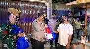 Kapolres Magelang AKBP Ronald Purba memberikan bantuan sembako kepada pedagang kaki lima. (Foto:nyatanya.com/Diskominfo Magelang)