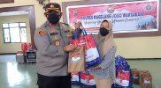 Kapolres Magelang AKBP Ronald A Purba menyerahkan bantuan PPKM Darurat pada para wartawan. (Foto:nyatanya.com/Humas Magelang)