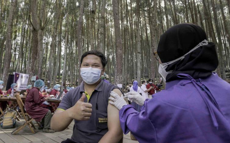 Vaksinasi bagi pelaku pariwisata dan ekonomi kreatif digelar Dinas Pariwisata DIY di Kawasan Hutan Pinus Mangunan dan Geosite Ngingrong. (Foto:nyatanya.com/Humas Pemda DIY)