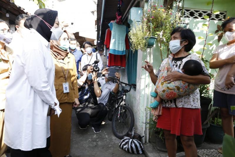 Menteri Sosial Tri Rismaharini melakukan sidak memantau pendistribusian BST di DIY, Senin (19/7/2021) di Kampung Sayidan. (Foto:nyatanya.com/Humas Pemda DIY)