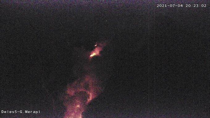 Penampakan visual awan panas guguran Gunung Merapi yang terjadi pukul 20.21 WIB. (nyatanya.com/BPPTKG)
