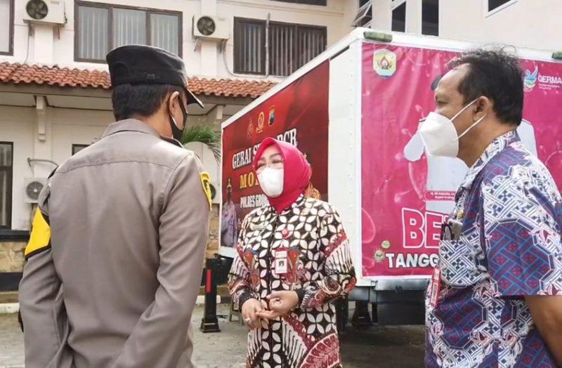Bupati Grobogan Sri Sumarni, saat meninjau Mobile Swab PCR bantuan Mabes Polri. (Foto:nyatanya.com/Diskominfo Jateng)