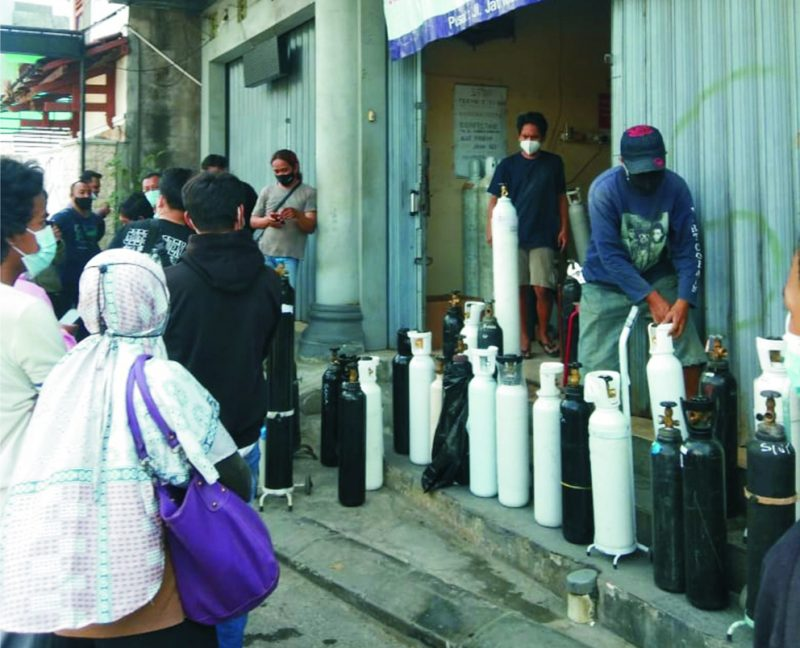 Warga tampak rela antre di depot pengisian oksigen di Selokan Mataram, Mlati, Sleman, Selasa (27/7/2021) siang. (Foto:nyatanya.com/zainuri arifin)