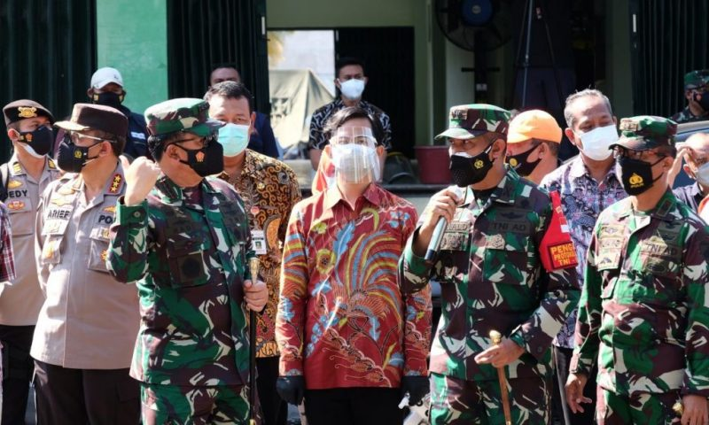 Panglima TNI Marsekal Hadi Tjahjanto saat mengunjungi Tempat Isolasi Terpusat Asrama Haji Donohudan. (Foto:nyatanya.com/Diskominfo Surakarta)