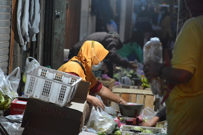 Hanya pasar esensial yang boleh buka dengan tetap menerapkan protokol kesehatan. (Foto:nyatanya.com/Humas Pemkot Yogya)